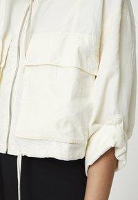 PULL&BEAR - GESTREIFTE SELVEDGE  - Summer jacket - mottled beige - 5