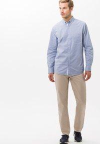 BRAX - STYLE COOPER FANCY - Pantalon classique - beige - 1