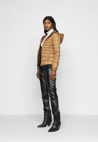 ONLY Petite - ONLNEWTAHOE QUILTED HOOD  - Lehká bunda - toasted coconut - 1