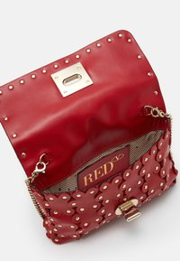 Red V - FLOWER PUZZLE WALLET ON CHAIN - Clutch - red kiss - 2