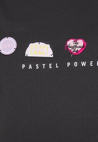 ONLY - ONLKITA LIFE BADGES BOX  - Print T-shirt - phantom/pastel - 2