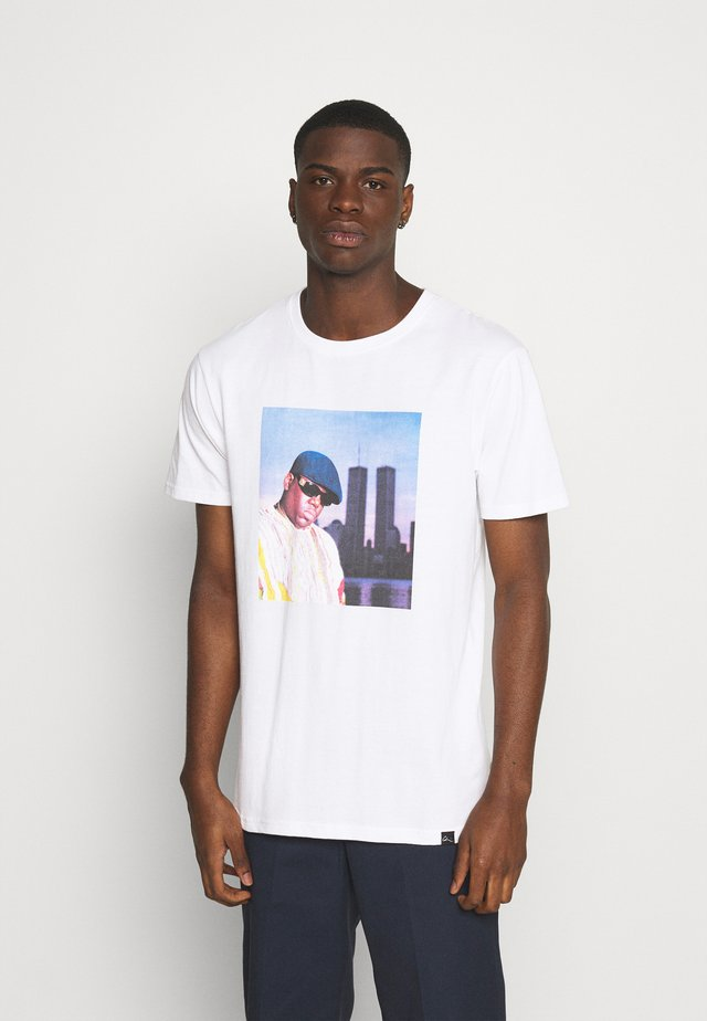 BIGGIE - T-shirt med print - white