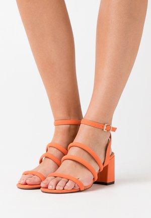 STRIPLING - Sandali - orange