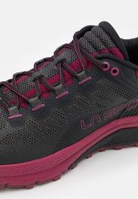 La Sportiva - KARACAL  - Běžecké boty do terénu - hibiscus/flamingo - 5