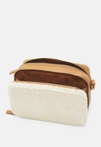 Who What Wear - EMMA - Across body bag - cream/tan - 2