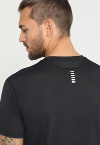 Under Armour - STREAKER SHORTSLEEVE - T-shirt med print - black - 3