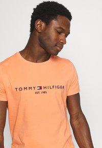 Tommy Hilfiger - LOGO TEE - T-shirt z nadrukiem - summer sunset - 3