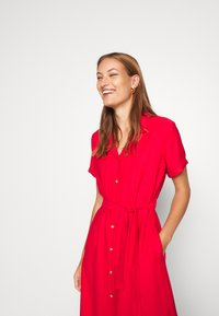 Mavi - SHORT SLEEVE DRESS - Košilové šaty - rio red - 2