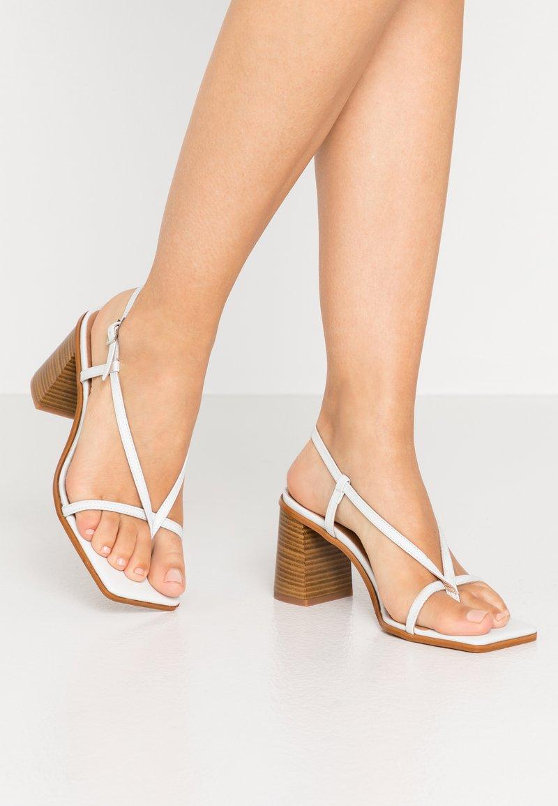 L'INTERVALLE - PASION - Sandály s odděleným palcem - blanco star