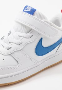 Nike Sportswear - COURT BOROUGH 2 - Sneakersy niskie - white/pacific blue/university red/light brown - 2