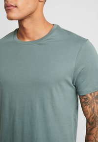 Burton Menswear London - BASIC CREW 5 PACK - Basic T-shirt - navy - 8