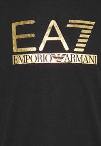 EA7 Emporio Armani - Triko spotiskem - black/gold - 6