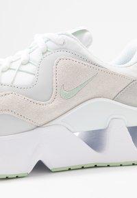 Nike Sportswear - RYZ - Sneakersy niskie - white/pistachio frost - 2