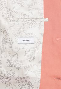 Isaac Dewhirst - THE FASHION SUIT NOTCH - Suit - coral - 8