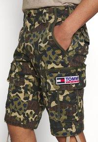 Tommy Jeans - TJM CAMO PRINT - Szorty - green - 4