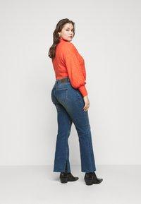 Pieces Curve - PCKAMELIA  - Flared Jeans - medium blue denim - 2
