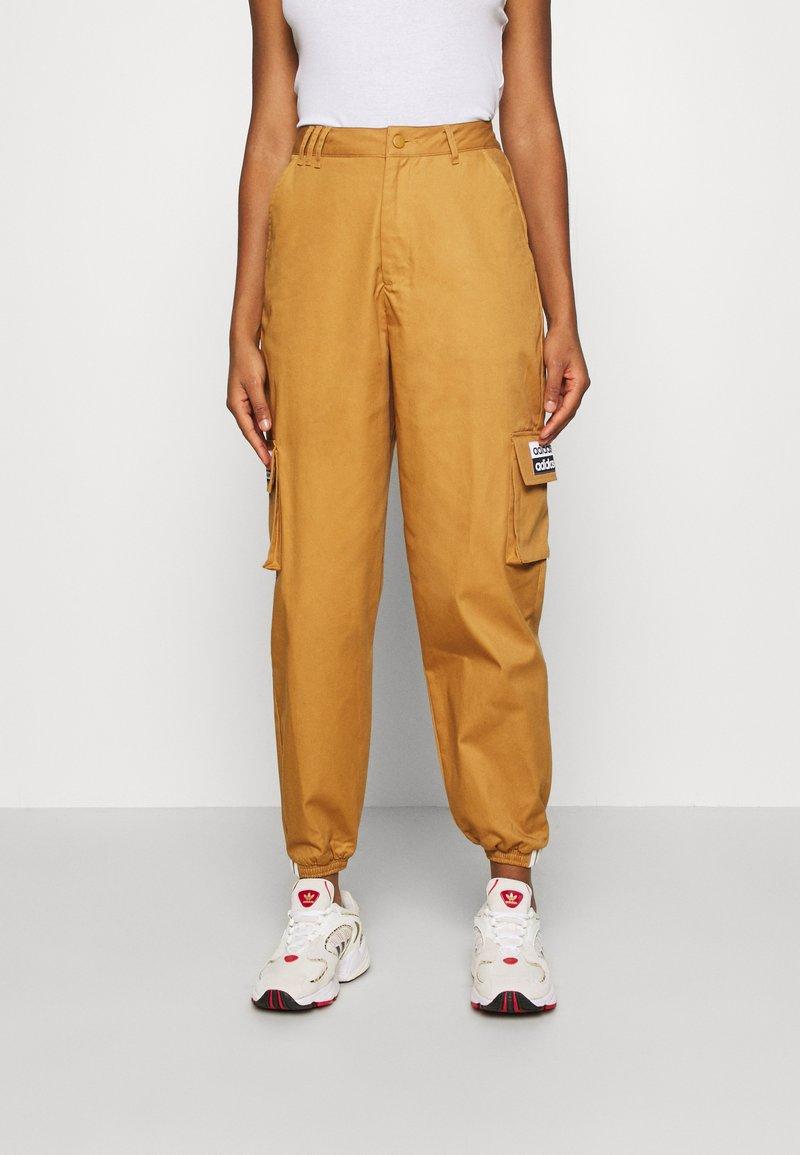 adidas Originals - TRACK PANT - Pantalon cargo - mesa