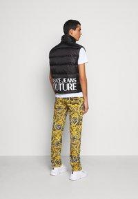 Versace Jeans Couture - RISTOP PRINT BAROQUE - Waistcoat - black - 3