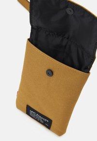 Levi's® - LANYARD BAG UNISEX - Across body bag - regular khaki - 2