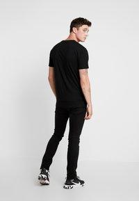 Mister Tee - EMINEM SEATED SHOW TEE - Print T-shirt - black - 2