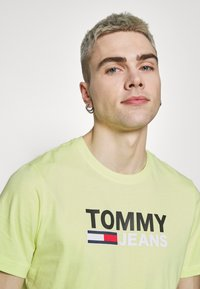 Tommy Jeans - CORP LOGO TEE - Print T-shirt - neon yellow - 4