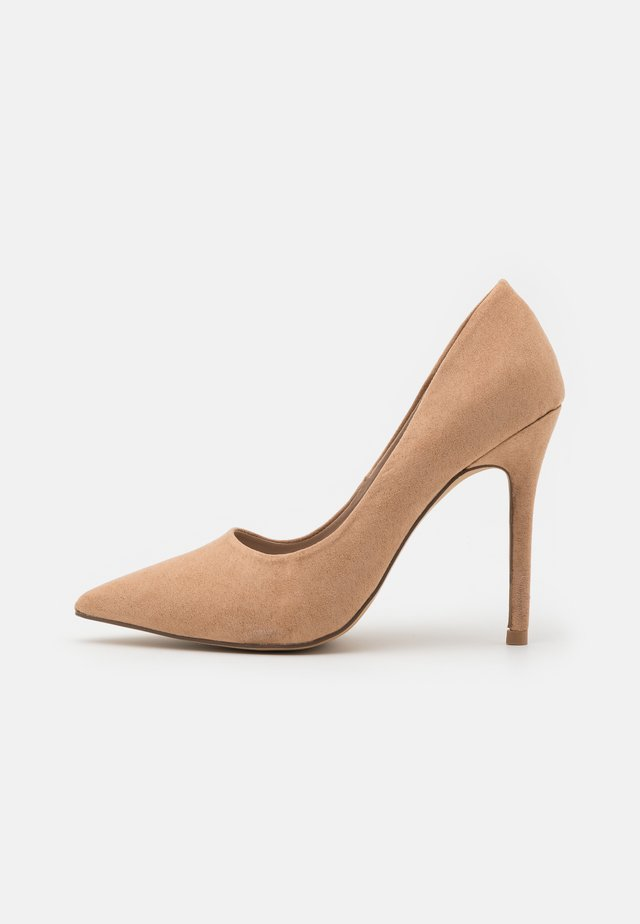 WIDE FIT CATERINA STILETTO COURT - Tacones - camel