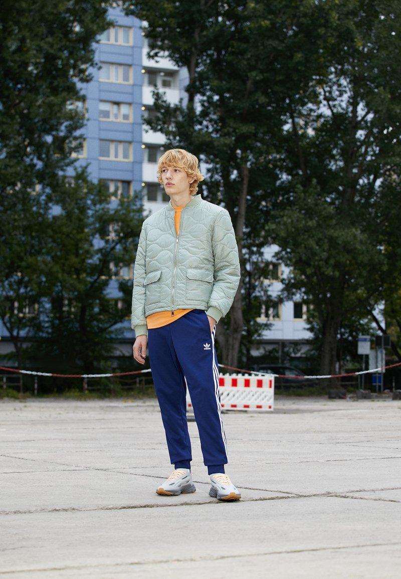adidas Originals - OZWEEGO CELOX UNISEX - Tossud - grey two/acid orange