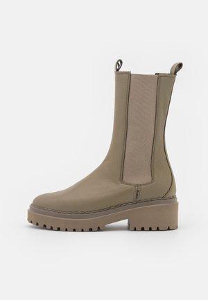 FAE ADAMS - Platform boots - forest