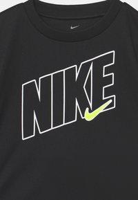 Nike Sportswear - DRI-FIT SPORT SET  - T-shirt print - smoke grey - 3