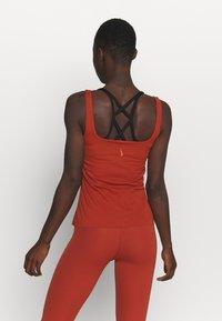 Nike Performance - THE YOGA LUXE TANK - Topper - rugged orange/light sienna - 2