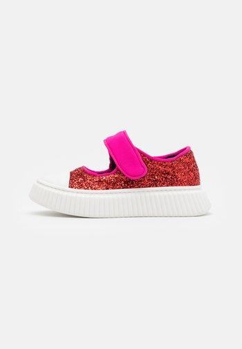 Ankle strap ballet pumps - red