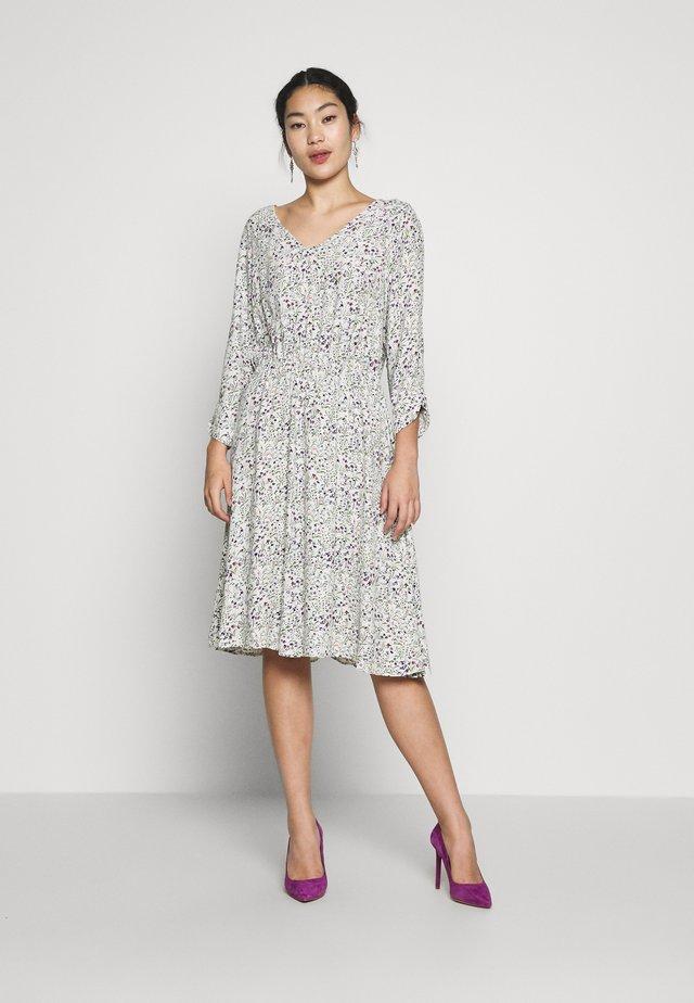VMVILMA DRESS - Sukienka letnia - birch/flower print