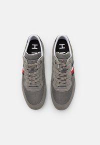 Tommy Hilfiger - ESSENTIAL RUNNER - Sneakers basse - pewter grey - 3