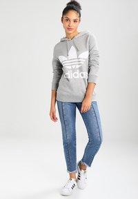 adidas Originals - ADICOLOR TREFOIL HOODIE - Kapuzenpullover - grey - 1