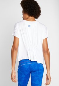 Desigual - TEE BACK PLEATS STUDIO - Print T-shirt - blanco - 2