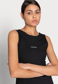 Calvin Klein Jeans - RIB ZIP DRESS - Žerzejové šaty - black - 4