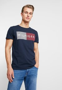 Tommy Hilfiger - CORP MERGE TEE - Print T-shirt - blue - 0