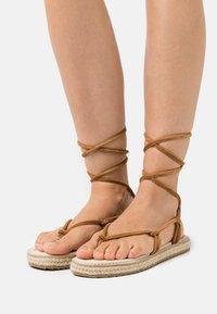 Emmshu - Sandaalit nilkkaremmillä - brown - 0