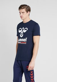 Hummel - HMLJONAS  - T-shirts print - black iris - 0
