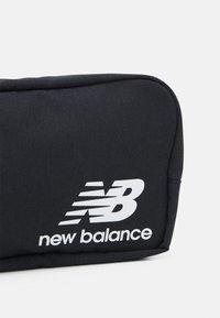 New Balance - ATHLETICS TERRAIN TRAVEL BAG UNISEX - Kosmetická taška - black/bleached lime - 3