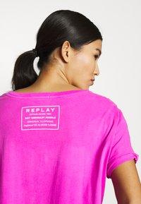 Replay - T-shirt con stampa - fuchsia - 5