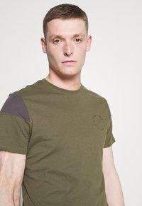 Pier One - Print T-shirt - olive, dark grey - 3