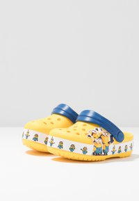 Crocs - MINIONS MULTI RELAXED FIT - Pool slides - yellow - 3