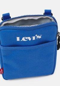 Levi's® - MINI CROSSBODY UNISEX - Taška spříčným popruhem - jeans blue - 2