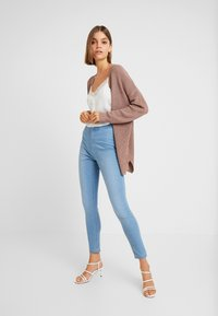 Cotton On - HIGH RISE - Jeans Skinny Fit - skyway mid blue - 1