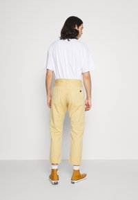 Edwin - UNIVERSE PANT CROPPED - Trousers - curry - 2