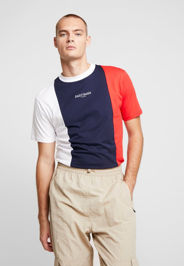 VERTICAL BLOCK TEE - T-shirts med print - navy/red/white