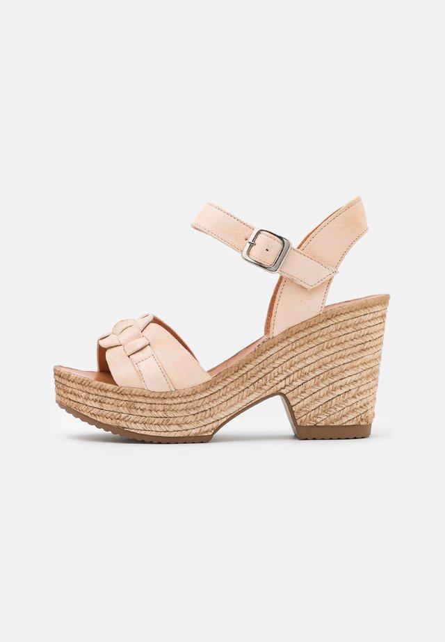 MESHA - Sandały na obcasie - tamponada tapioca