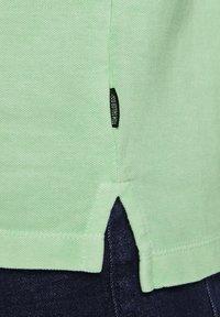 TOM TAILOR DENIM - POLOSHIRTS POLOSHIRT MIT PRINT - Polo shirt - soft neo green - 4