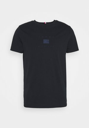 TONAL FLAG TEE - T-shirt med print - desert sky